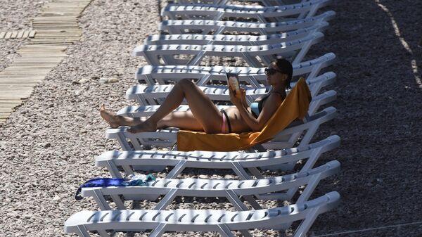 Отдыхающая на пляже в Гурзуфе