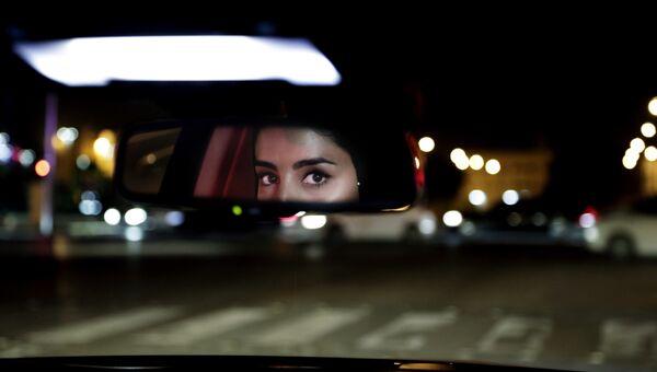 Жительница Саудовской Аравии ведет автомобиль в Эр-Рияде