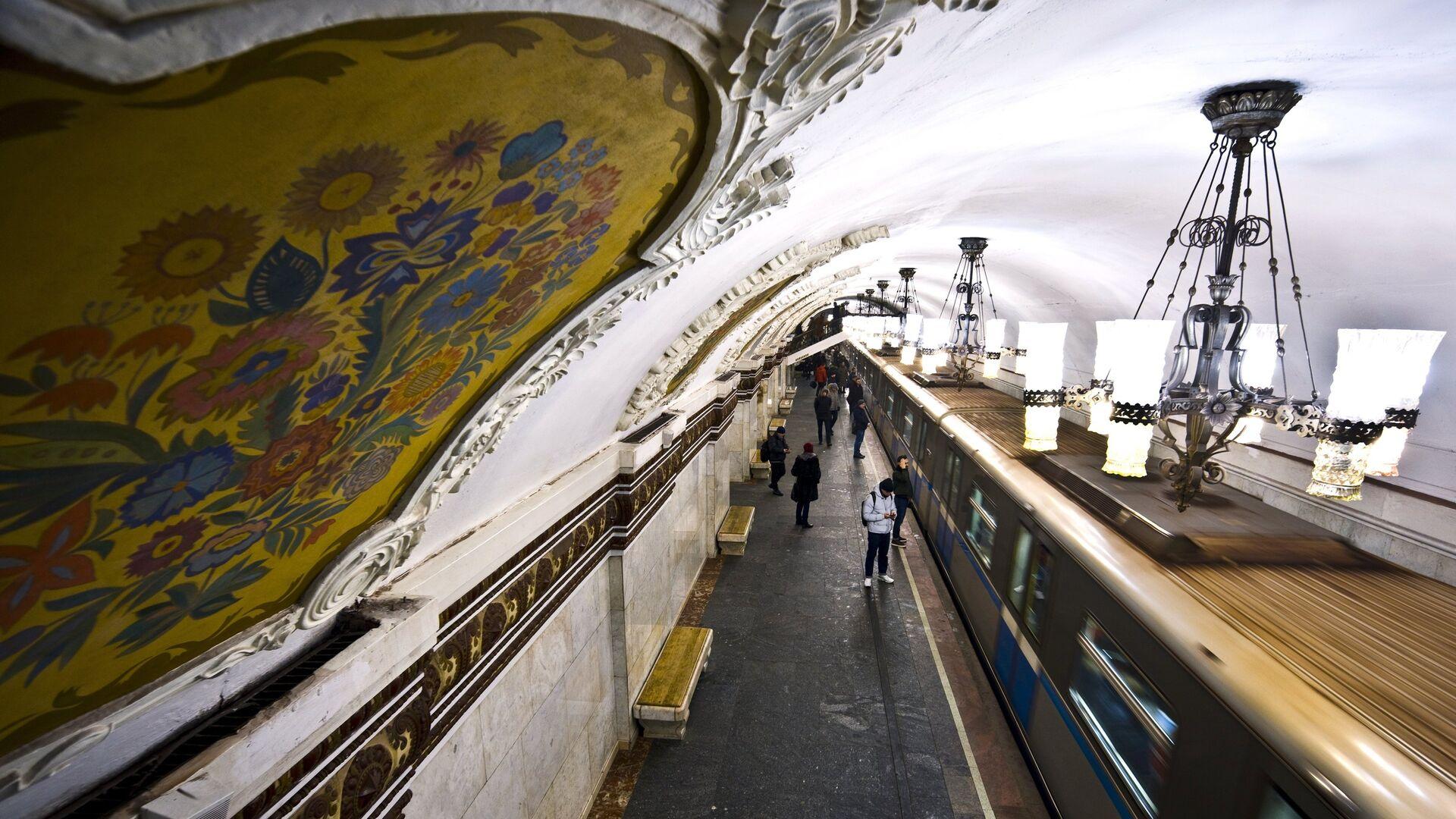 Мужчина, случайно упавший на пути в московском метро, остался жив
