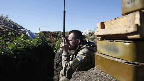 Украинский военный на позиции в районе Мариуполя. Архивное фото