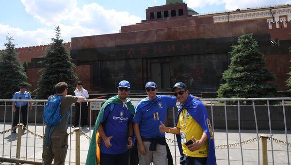 Иностранцы возле мавзолея Ленина на Красной площади
