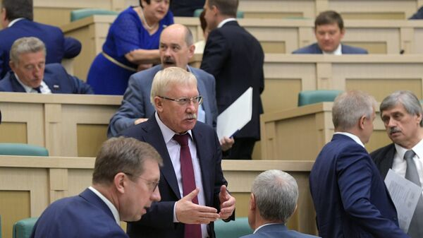 Член комитета Совета Федерации РФ по международным делам Олег Морозов перед началом заседания Совета Федерации РФ. 27 июня 2018