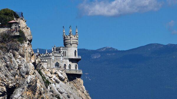 Замок Ласточкино гнездо на береговой скале в поселке Гаспра в Крыму. Архивное фото