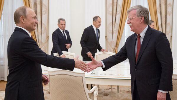 Президент РФ Владимир Путин и советник президента США по вопросам национальной безопасности Джон Болтон во время встречи в Кремле. 27 июня 2018