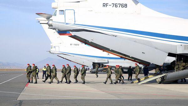 Самолет ИЛ-76 МД с батальоном военной полиции на борту, прибывшим из Сирии в Махачкалу. Архивное фото