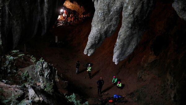 Спасатели в пещерах Тхам Луанг в северной провинции Чианг Рай, Таиланд, где пропали 12 членов юношеской футбольной команды и их тренер. 27 июня 2018