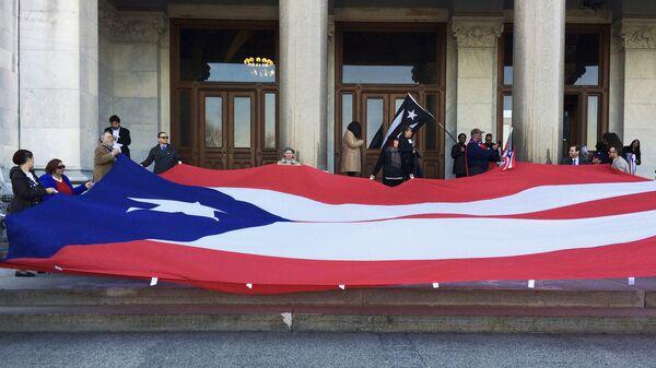 Активисты держат флаг Пуэрто-Рико перед конгрессом штата Коннектикут