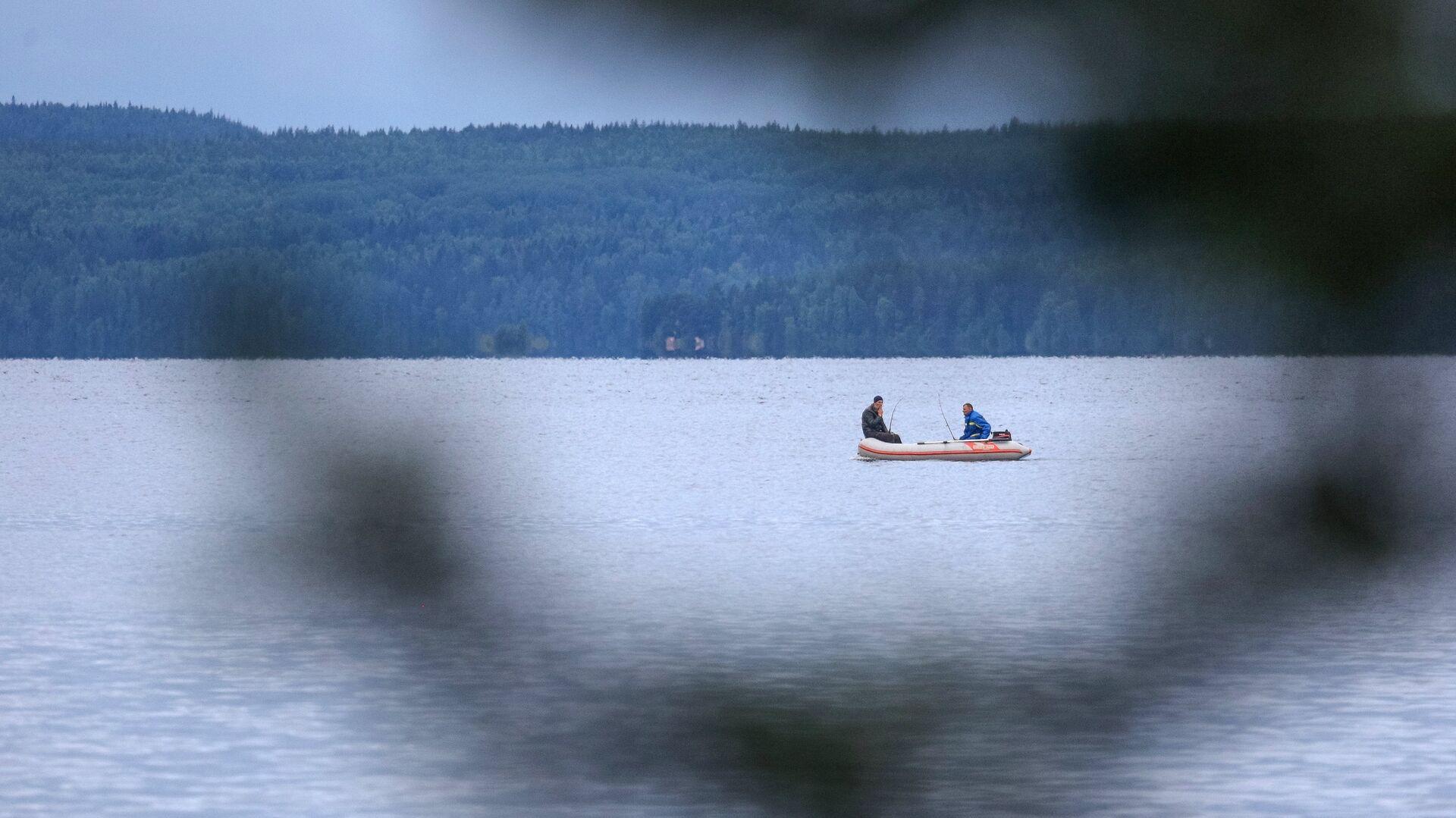 Рыбаки рыбачат на Онежском озере в Республике Карелия - РИА Новости, 1920, 18.04.2021