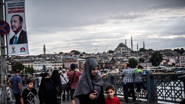 Пешеходы на Галатском мосту в Стамбуле