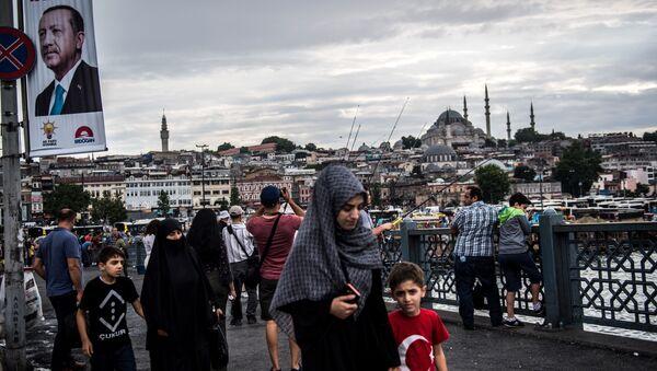 Пешеходы на Галатском мосту в Стамбуле. 28 июня 2018