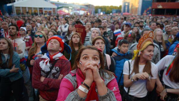 Болельщики во время просмотра трансляции матча группового этапа чемпионата мира по футболу между сборными России и Египта в фан-зоне Санкт-Петербурга