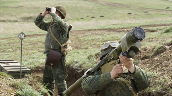 Военнослужащие во время учений Народной милиции ЛНР по огневой подготовке