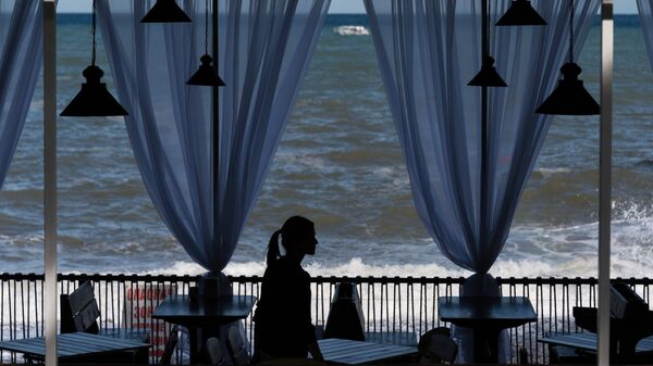 Девушка в кафе в Алуште в Крыму