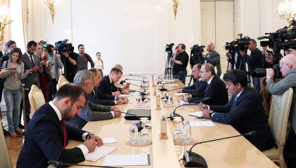 Сергей Лавров и МИД по делам эмигрантов Иорданского Хашимитского Королевства Айман Хусейн Абдалла ас-Сафади во время переговоров. 4 июля 2018