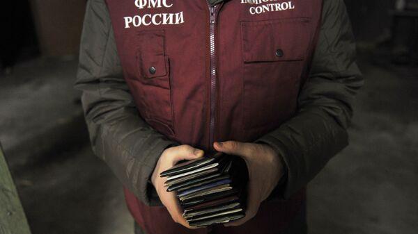 Сотрудник ФМС. Архивное фото