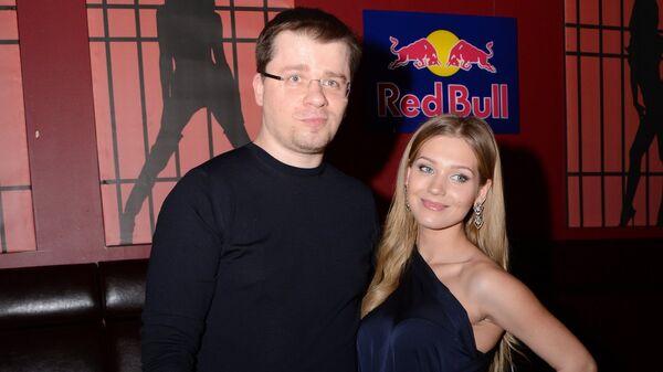 Актриса Кристина Асмус и актер Гарик Харламов перед началом мюзикла CHICAGO в Москве