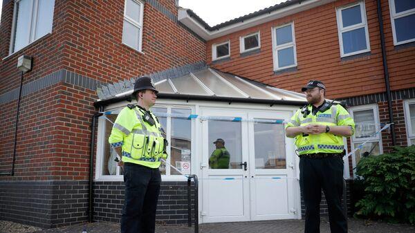 Полицейские у здания Баптистской церкви в британском Эймсбери после госпитализации двух человек из-за отравления