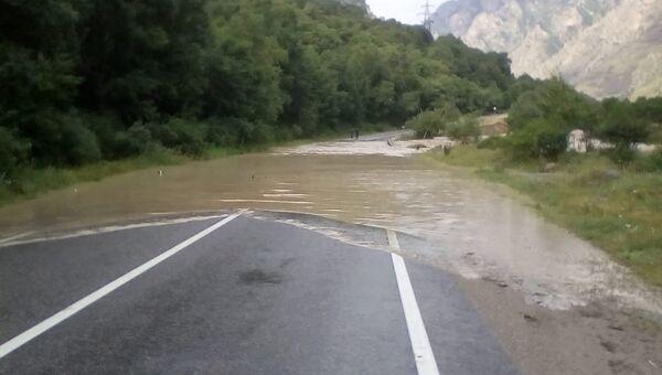 Подтопление участка автодороги Прохладный-Баксан-Азау в Эльбрусском районе. Архивное фото