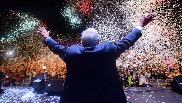 Избранный президент Мексики Андрес Мануэль Лопес Обрадор приветствует своих сторонников. Архивное фото