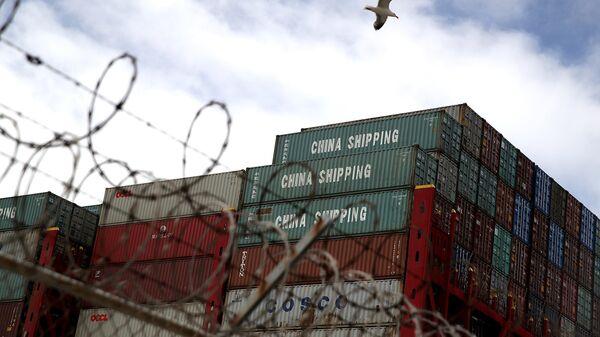 Грузовые контейнеры из Китая на судне в порту Окленд, штат Калифорния