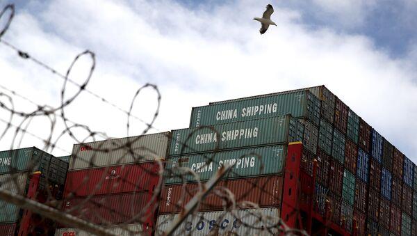 Грузовые контейнеры из Китая на судне в порту Окленд, штат Калифорния. Архивное фото