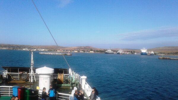 Вид с палубы корабля на берег поселка Стерегущее в Крыму. Архивное фото