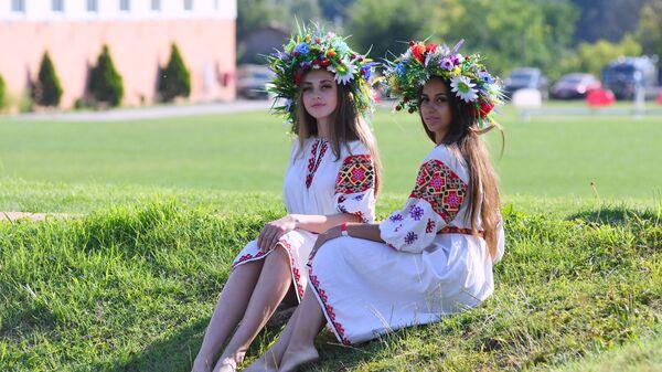 Девушки во время праздника Ивана Купалы в посёлке Куйбышево Бахчисарайского района. 6 июля 2018