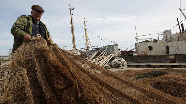 Рыбак проверяет сеть