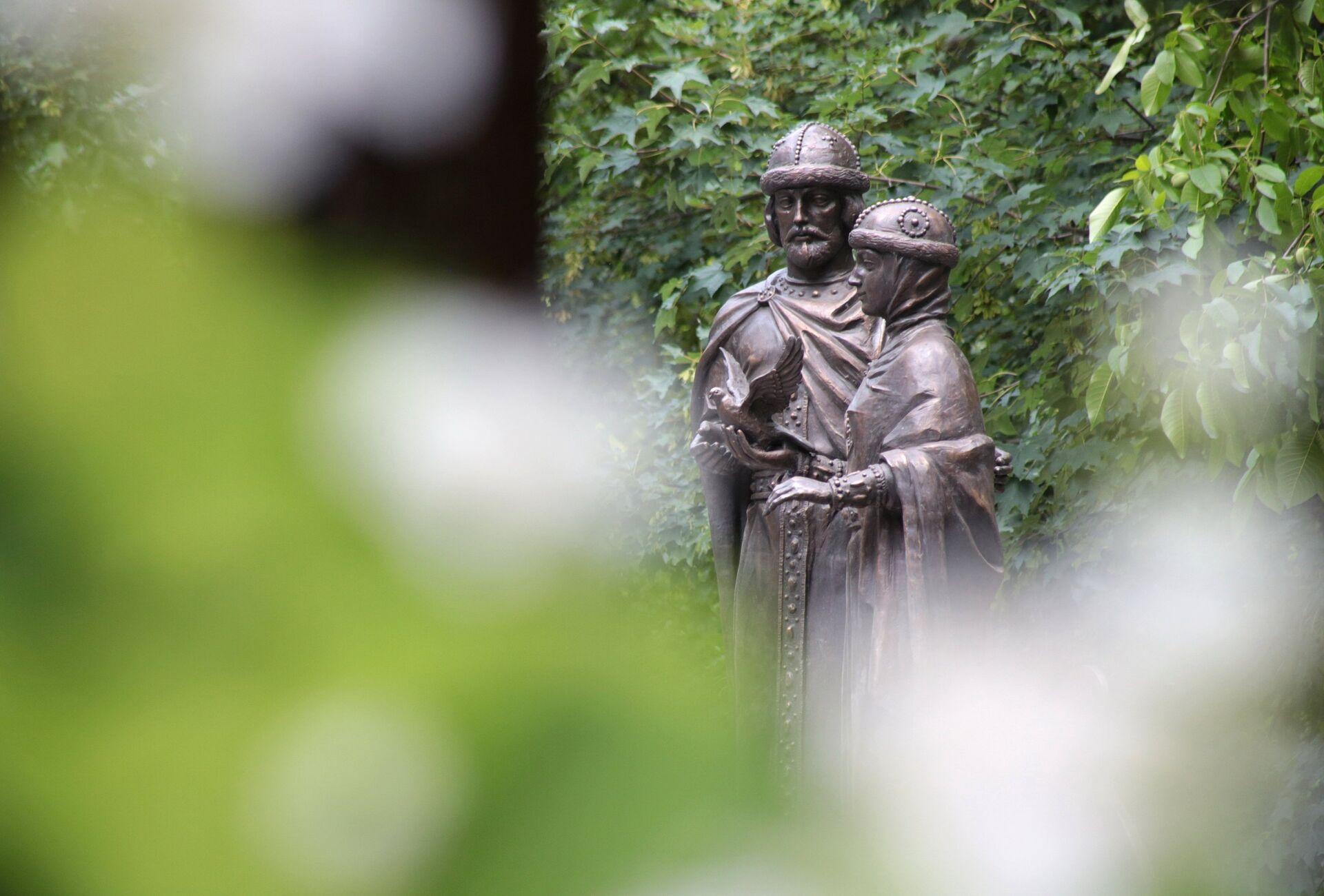 Памятник святым Петру и Февронии в Детском парке в Симферополе - РИА Новости, 1920, 06.07.2021