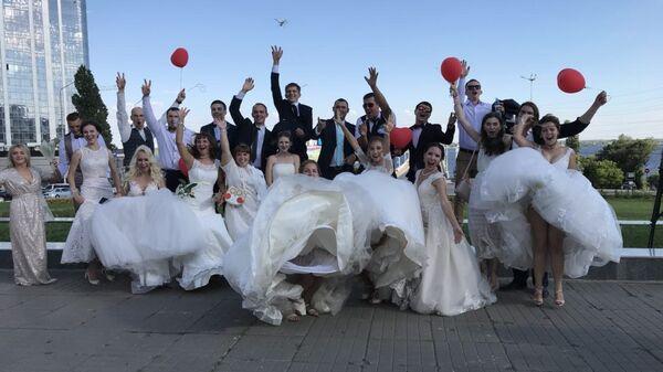 Парад молодоженов в День семьи, любви и верности прошел впервые в Саратове. 8 июля 2018