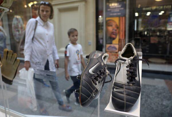 Бутсы Фабио Каннаваро (Италия) с Чемпионата УЕФА 2004 года, представленные на выставке футбольной атрибутики Qatar @RoadTo2022 Exhibition в ГУМе в Москве