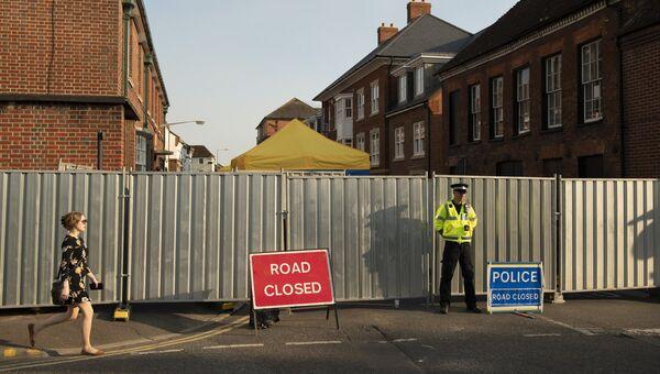 Полицейский на улице Ролленстоун стрит в Солсбери (графство Уилтшир) у дома, где жила Дон Стерджесс - одна из жертв отравления нервно-паралитическим веществом