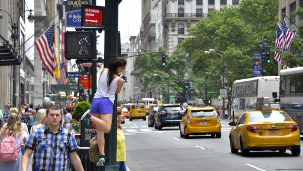 Прохожие в центре Манхэттена. Архивное фото