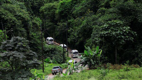 Автомобили скорой помощи покидает район пещеры Тхам Луанг в Таиланде. 10 июля 2018