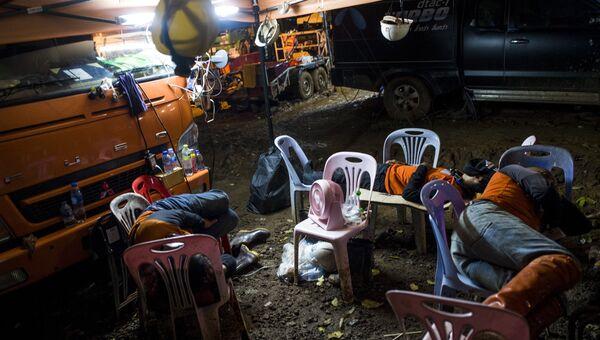 Тайские спасатели во время перерыва спасательной операции по вызволению детской футбольной команды из пещеры Тхам Луанг