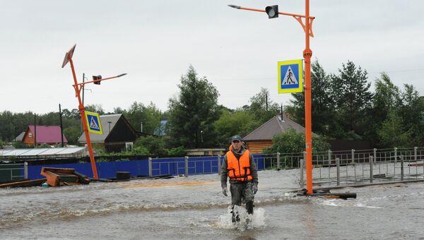 Сотрудник МЧС на затопленной в результате паводка улице в городе Чите. Архивное фото