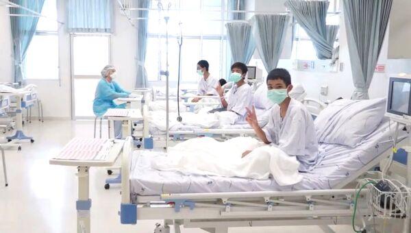 Спасенные из пещеры в Таиланде дети в больнице. Архивное фото