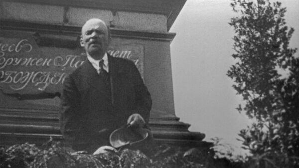 В. Ленин произносит речь с трибуны на церемонии закладки памятника Освобожденный труд на Пречистенской набережной