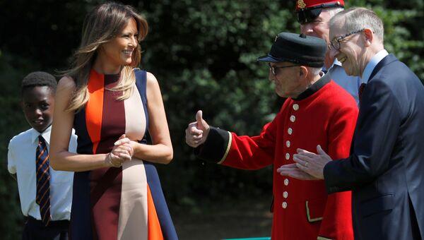 Первая леди США Меланья Трамп и муж пресьер-министра Великобритании Терезы Мэй Филип во время визита в госпиталь ветеранов Челси в Лондоне