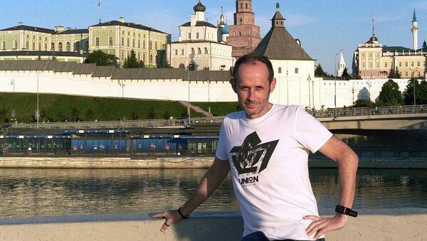 Джастин Уоллей гуляет в Казани по набережной