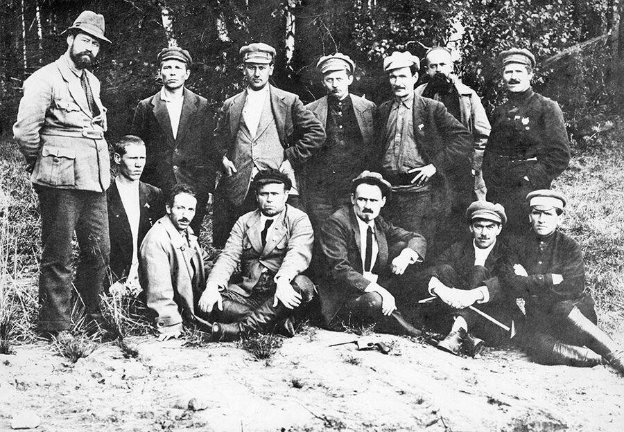 Группа уральских большевиков у могилы Романовых