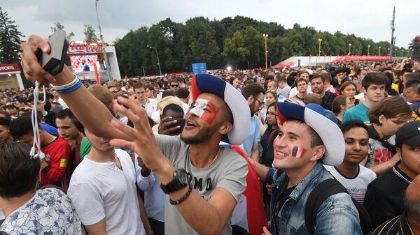 Болельщики сборной Франции в фан-зоне на Воробьевых горах после окончания финального матча чемпионата мира по футболу между сборными Франции и Хорватии