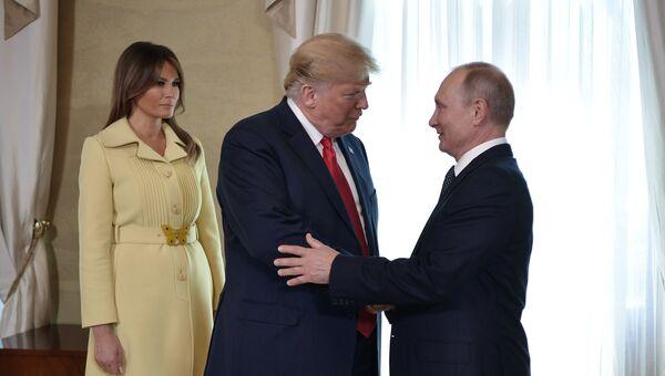Президент РФ Владимир Путин, президент США Дональд Трамп (в центре) и его супруга Меланья во время встречи в президентском дворце в Хельсинки