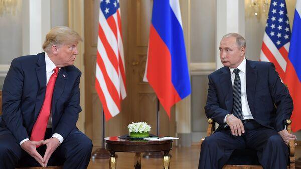 Президент РФ Владимир Путин и президент США Дональд Трамп во время встречи в президентском дворце в Хельсинки. 16 июля 2018