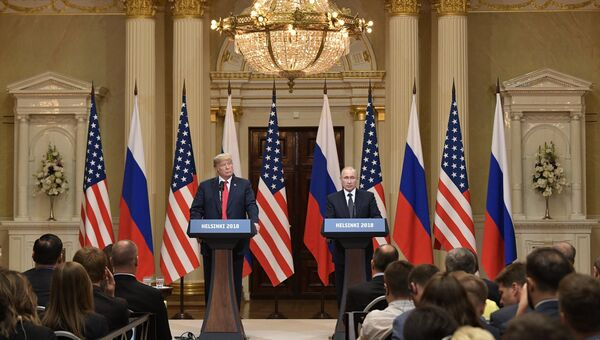 Президент РФ Владимир Путин и президент США Дональд Трамп (слева) на совместной пресс-конференции по итогам встречи в Хельсинки. Архивное фото