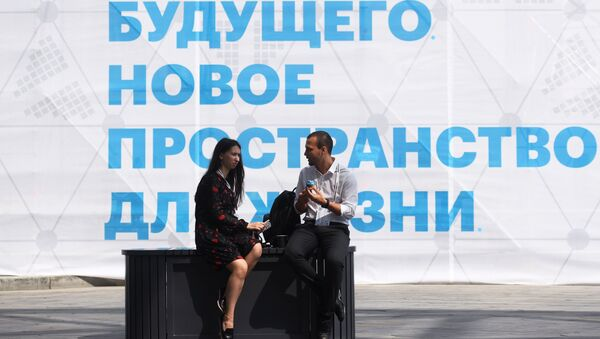 Участники Московского урбанистического форума в парке Зарядье в Москве