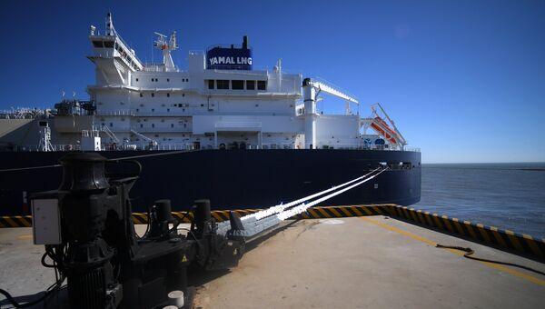 СПГ-танкер ледового класса Arc7 Владимир Русанов с продукцией завода Ямал СПГ в порту Цзянсу Жудун в КНР. 19 июля 2018