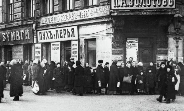 Жители Петрограда стоят в очереди у продовольственного магазина во время февральской буржуазно-демократической революции, репродукция фотографии 1917 года