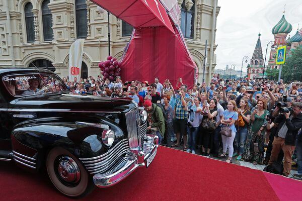 Экипаж на автомобиле ЗИС на старте гонки ГУМ-авторалли Gorkyclassic - 2018 в Москве