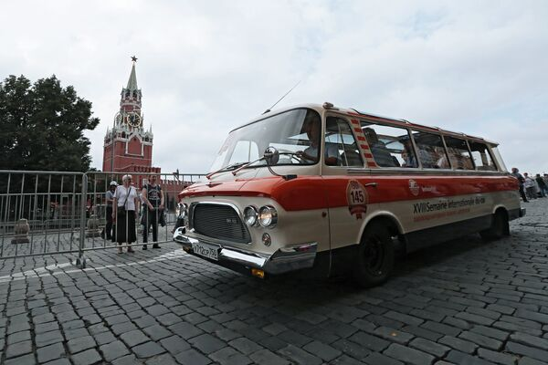 Экипаж на автомобиле «Юность» ЗИЛ-118 в гонке ГУМ-авторалли Gorkyclassic - 2018 в Москве